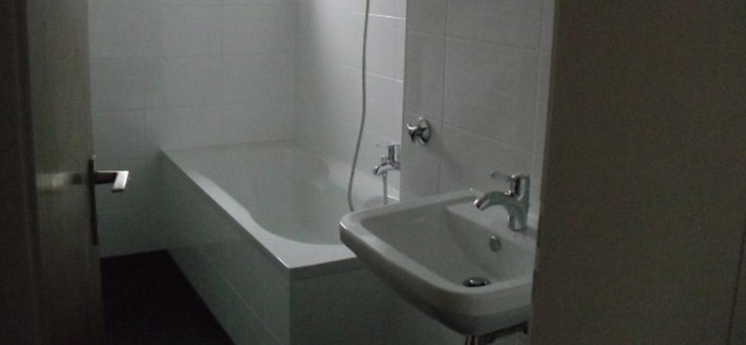 sanierung badezimmer die braunen wandfliesen hatten eine. Black Bedroom Furniture Sets. Home Design Ideas