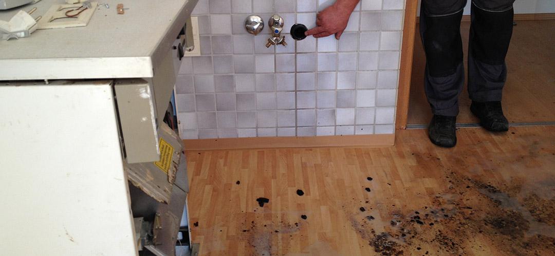 Kleine Ursache, große Wirkung: Abflussrohr in der Wand bei Demontage der Spüle nicht verschlossen. Somit konnte Wasser aus dem Fallrohr unkontrolliert in die Wohnung fließen